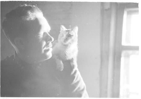 Lohkon ilmatorjuntakomentaja kapteeni Tuomainen Kuusiniemen ilmavalvonta-asemalla ja kissa. Kuusiniemi 1942.03.01