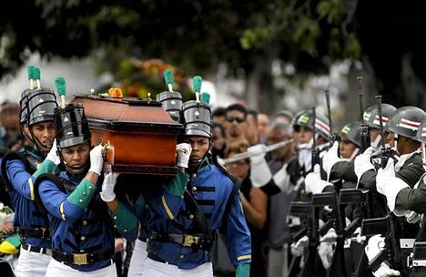 Palossa kuollut armeijan lääkäri haudattiin Rio de Janeirossa.