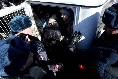 Poliisi pidätti kokousta vastaan mieltä osoittaneita aktivisteja.