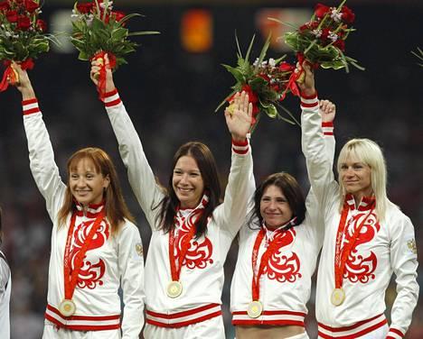 Venäjän joukkue menetti Pekingin pikaviestin kultamitalit uusinta-analyyseissä. Aleksandra Fedoriva-Shpaer (toinen vas.) on palauttanut mitalinsa, mutta Jevgenia Poljakova (vas.), Julia Gushtshina (toinen oik.) ja Julia Tshermoshanskaja eivät ole.