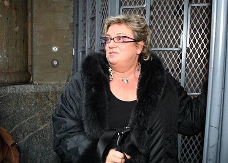 Jaana Laitinen-Pesola poistumassa Valtakunnansovittejan toimistolta 2007.