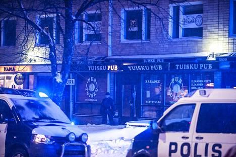 Poliisit saapuivat Tuisku Pubiin, jossa kaksi ihmistä oli saanut surmansa.