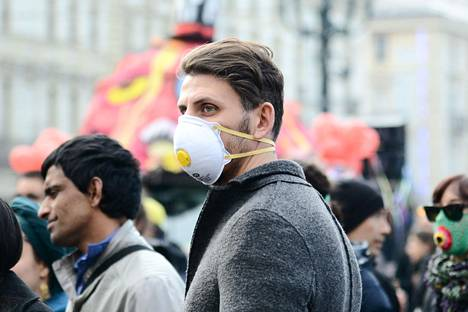 Ihmiset ovat alkaneet käytätä hengityssuojaimia Torinon kaupungissa Luoteis-Italiassa.