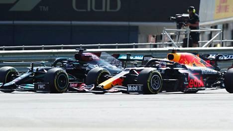 Lewis Hamilton (vas.) ja Max Verstappen taistelivat kiivaasti läpi Britannian GP:n ensimmäisen kierroksen, kunnes vääjäämätön tapahtui.
