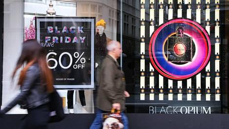 Black Friday näkyi eilen selkeästi Lontoon katukuvassa. Suomeen ostospäivää on tuotu tällä nimellä vuodesta 2015.