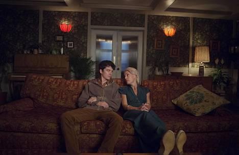 Otis (Asa Butterfield) tietää paljon seksistä terapeuttiäitinsä (Gillian Anderson) ammatin ansiosta.