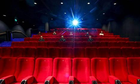 Koulutuksessa olleet Finnkinon työntekijät havainnollistivat, millaiset turvaetäisyydet katsojien välillä on elokuvasaleissa.