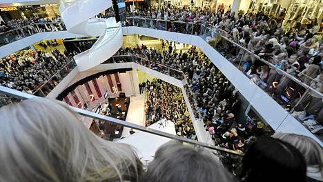 Yleisö seuraa kun räppäri Cheek esiintyi Helsingissä Forumissa 28. syyskuuta 2013 ilmaiskeikalla.