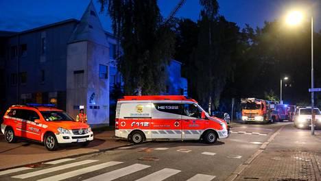 Helsingin Tilkankadulla syttyi tulipalo tiistaina hieman ennen puoltayötä.
