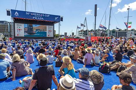 Yleisö seurasi America's Cup -purjehduskilpailua Aucklandissa 15. tammikuuta.