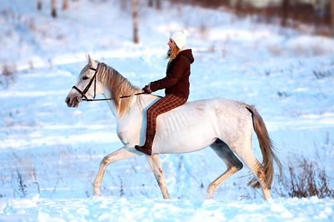 Eräs äiti kertoo, että tyttären hevosharrastukseen kuluu suuria summia vuosittain.