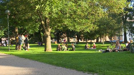 Torkkelinmäen Pengerpuistossa oli niin ikään ihmisiä liikkeellä, mutta seurueet pitivät toisiinsa säntillistä etäisyyttä.