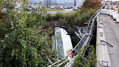 Virossa onnettomuudesta uutisoidessa keskityttiin virolaispelastajaan, Ruotsissa bussissa matkustaneisiin.
