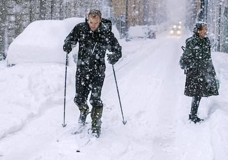 Paksuhkon lumipeitteen päällä on pystynyt hiihtämään keskellä autotietä.