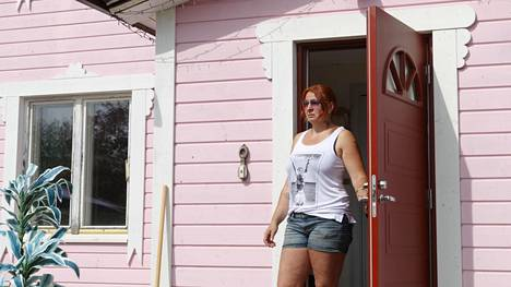 Katri Hakola ei aio maalata taloaan uudestaan viranomaisten maun mukaiseksi.