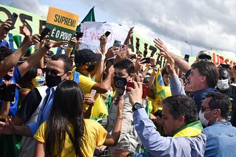 Bolsonaro tapaamassa kannattajiaan viime sunnuntaina.