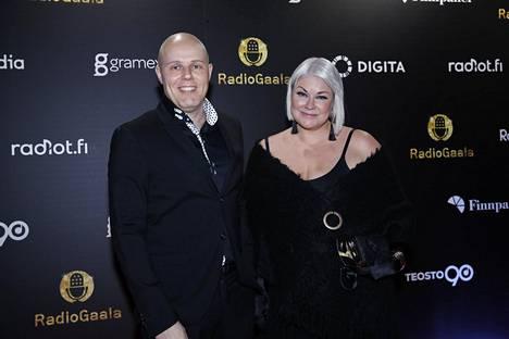Linnanahde luotsaa Radio Novan aamua yhdessä Minna Kuukan kanssa.