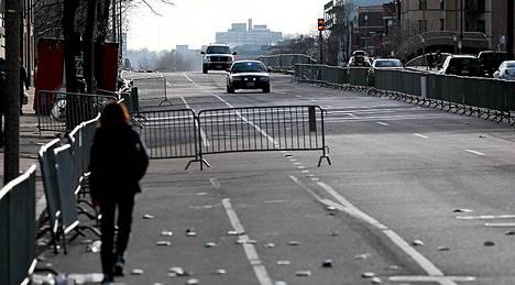 Bostonin kaduilla on jo pahin kaaos ohitse, mutta tutkinta jatkuu vilkkaana ja turvatoimia kiristetään koko ajan.