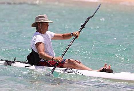 Ja mela heiluu! Pierce Brosnan meloi Havaijin rantavesissä.