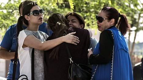 Kadonneen EgyptAir -yhtiön koneen matkustajien omaiset odottivat lisää tietoa perheenjäsenistään Kairon lentokentän ulkopuolella.