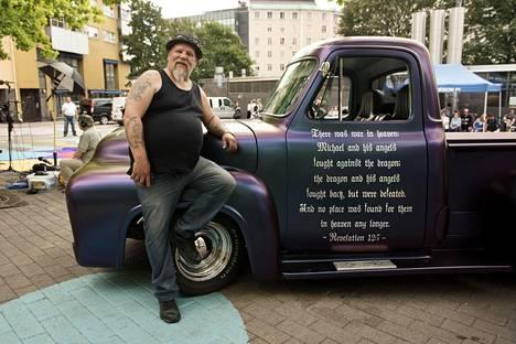 Jani Heinonen oli Ex-Criminal Day -tapahtumassa autolla, jonka kuskin puolen oveen on teipatut jae Ilmestyskirjasta. Auto on lainassa Pauli Ojalalta.