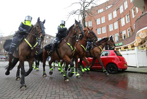 Ratsupoliiseja Amsterdamin keskustassa.