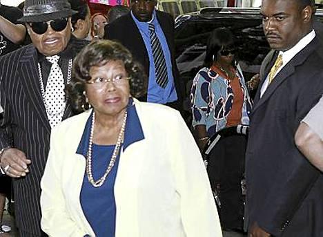 Katherine Jacksonin mukaan konserttijärjestäjä ei huolehtinut hänen poikansa terveydestä.