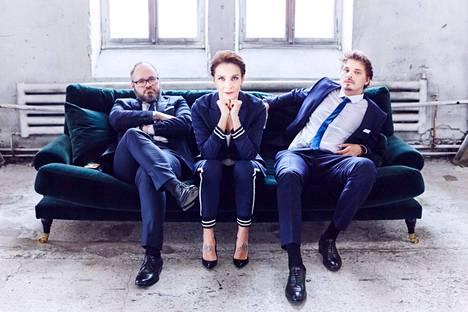 Tuomas Enbuske juonsi vuosina 2016–2018 keskusteluohjelmaa yhdessä Maria Veitolan ja Roope Salmisen kanssa.