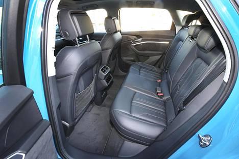 Takapenkillä on mukavasti tilaa kiitos lähes kolmeen metriin ulottuvan akselivälin. Kardaania ei kahden sähkömoottorin sähköautossa tarvita.