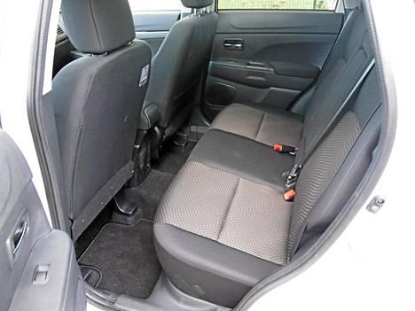 Lautamainen takapenkki on käytännöllinen ja auton ulkomittoihin nähden tilava.