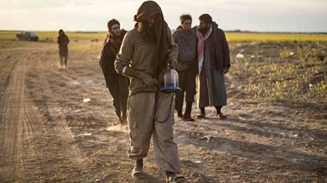 Isisin taistelijoiksi epäiltyjä miehiä jäi kiinni Syyrian Baghuzissa viime viikolla.