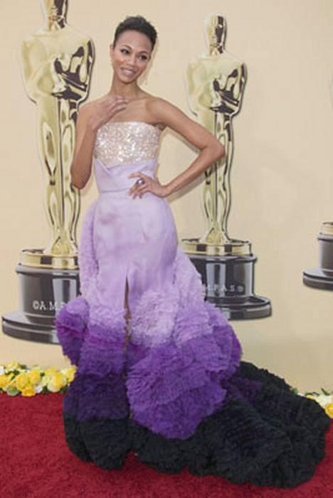 5. Näyttelijä Zoe Saldana Givenchyn muhkeassa puvussa Oscar-gaalassa.