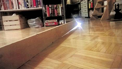 Sokkelin vajoaminen näkyi olohuoneen lattiassa, jossa oli silmin nähtävissä painauma.