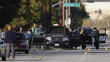 FBI ja poliisi San Bernardinossa joukkoampumisen jälkeen joulukuussa 2015.