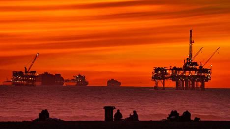 Öljynporuaslauttoja ja rahtialuksia horisontissa Huntigton Beachilla Kaliforniassa Yhdysvalloissa.