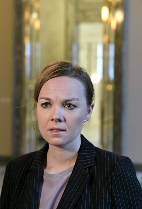 Keskusta edustaa hallituksessa jyrkintä linjaa al-Holin suomalaisten kotiuttamisessa. Puheenjohtaja Katri Kulmunin mukaan al-Holilta sopii tuoda vain lapsia, ei aikuisia.