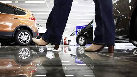Moni nainen tuntee jäävänsä autokaupassa alakynteen sukupuolensa takia.