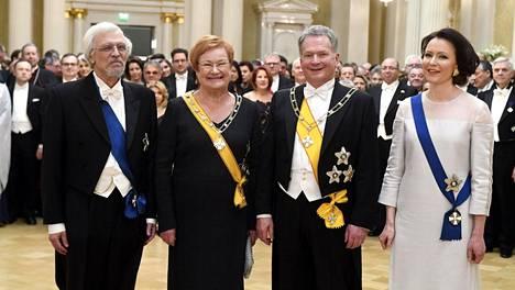 Tohtori Pentti Arajärvi, presidentti Tarja Halonen, tasavallan presidentti Sauli Niinistö sekä rouva Jenni Haukio.