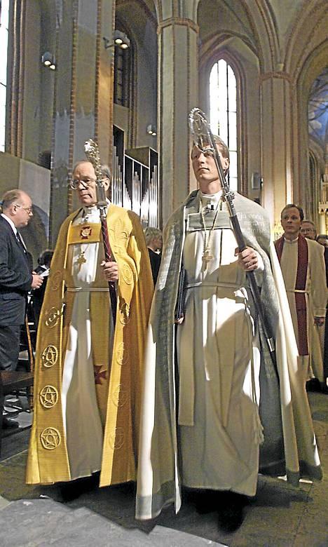 Nykyinen kansanedustaja Ilkka Kantola (oik.) vihittiin Turun piispaksi vuonna 1998. Vierellä silloinen arkkipiispa John Vikström.