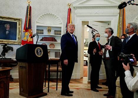 Donald Trumpin kaudella Oval Officen seinustoja reunustivat Yhdysvaltain asevoimien eri haarojen liput.