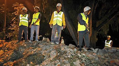 Maanjäristys kaatoi Ison-Britannian suurlähetystön muurin Nepalin Kathmandussa, jolloin kolme ihmistä sai surmansa.