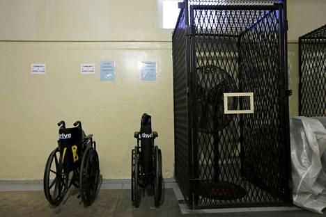Kaksi pyörätuolia seinää vasten San Quentinin vankilan kuolemansellit kattavalla itäpuoliskolla.