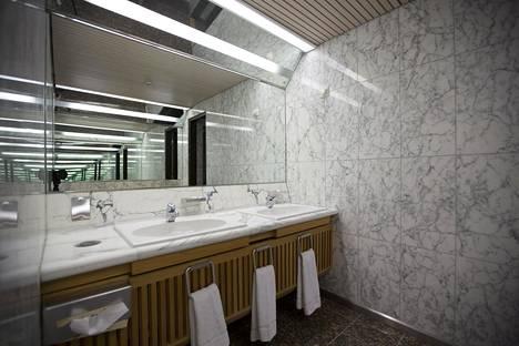 Kylpyhuoneissa on käytetty Carraran marmoria kuten tässä vierasvessassa.