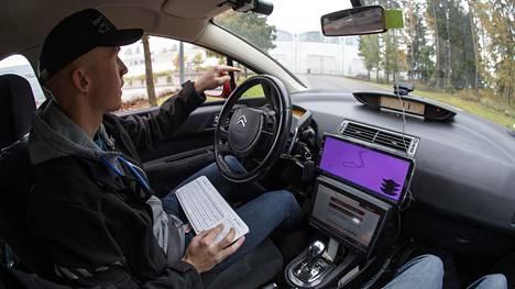 """Langaton näppäimistö on tutkija Pasi Pyykäsen käyttöliittymä robottiautoon. Koeajoreitillä vastaan tullut keltainen""""kuukulkija"""" oli esimerkki odottamattomista liikennetilanteista, joihin robottiauto pitää opettaa."""
