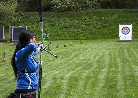 Tähtäinjousella ampumamatka on 70 metriä, taulun halkaisija 122 senttimetriä ja kympin halkaisija 12 senttimetriä.