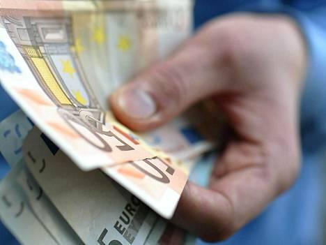 Miehet ansaitsivat keskimäärin noin 3 020 ja naiset 2 450 euroa.