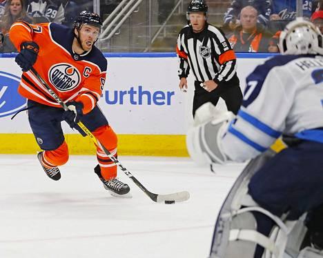 Connor McDavid on nyky-Oilersin tähtiä.