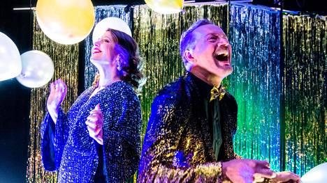 Rotterdamin viisuselostajat Eva Frantz ja Mikko Silvennoinen pääsevät jammailemaan kisakappaleiden tahdissa.