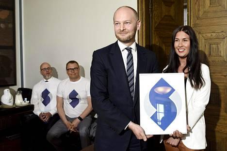 Sampo Terho ja Tiina Elovaara esittelivät sinisten uuden logon toukokuussa 2018.
