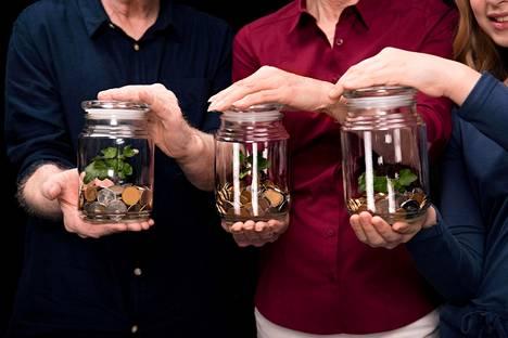 """""""Meillä on yhteinen tili, johon kumpikin siirtää tietyn rahasumman joka kuukausi, mies hieman enemmän, koska tienaakin hieman enemmän kuin minä. Loppuraha on omaa rahaa."""""""